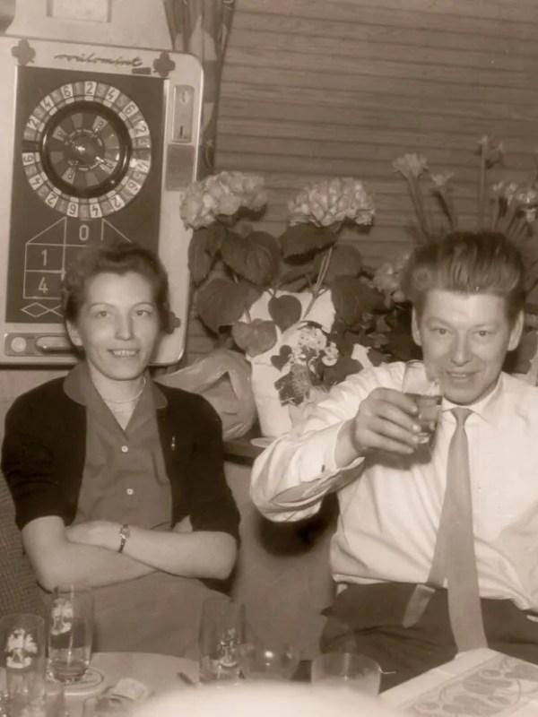 Historisches Foto mit einem Mann und einer Frau in der Kneipe