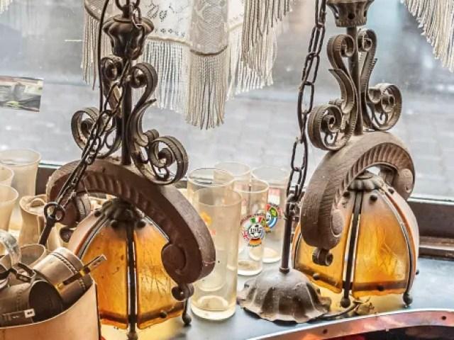 Zwei Lampen auf der Theke mit imitiertem Ochsenjoch aus Holz.