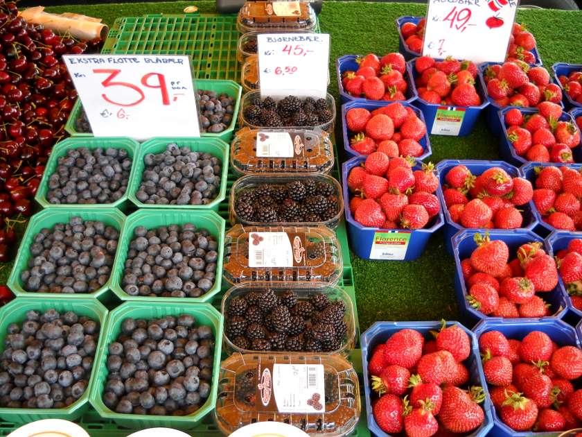 Beerenvielfalt auf dem Markt in Bergen