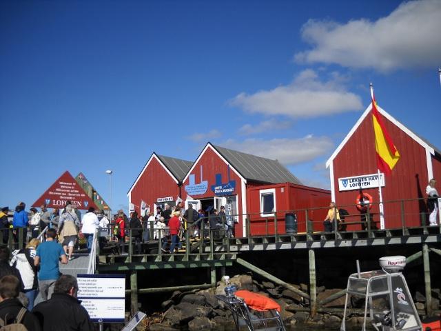 Der Hafen von Leknes mit den typisch roten Holzhäusern.