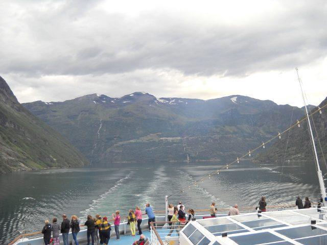 Gäste schauen vom Deck der Costa Pacifica auf den Geirangerfjord