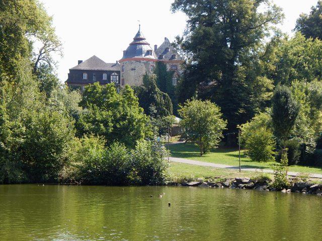 Laubach Schloss mit Teich