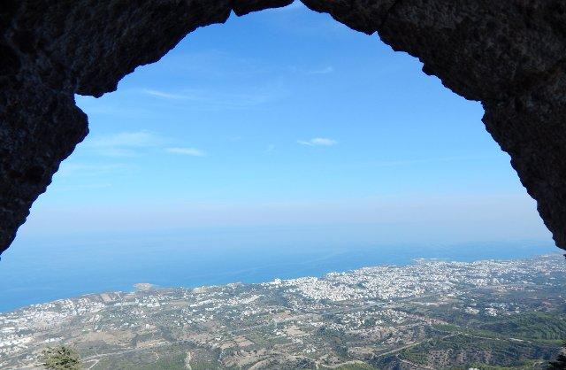 Blick von St. Hilarion auf die Stadt Girne