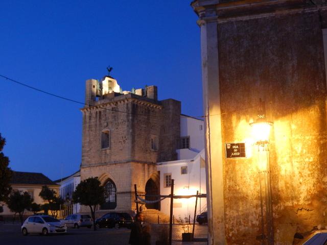 Die Altstadt von Faro am Abend.