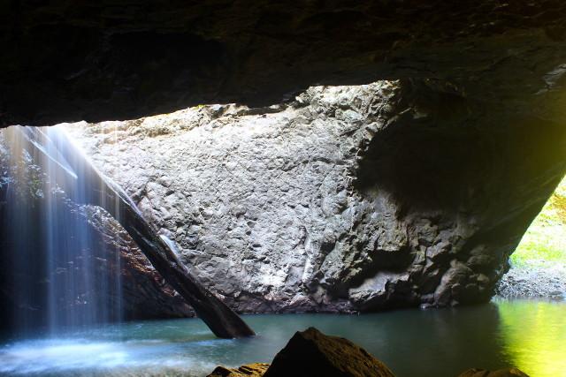 Wasserfall in einer Höhle mit türkisblauem Meer. Australien