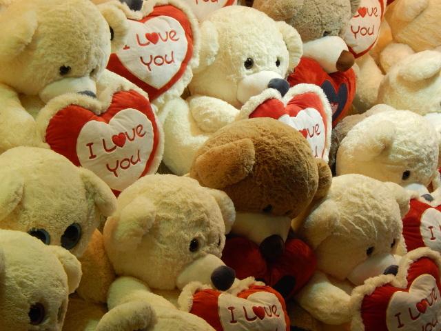 Lauter weiche Teddybaeren mit rotem Herz I love you.