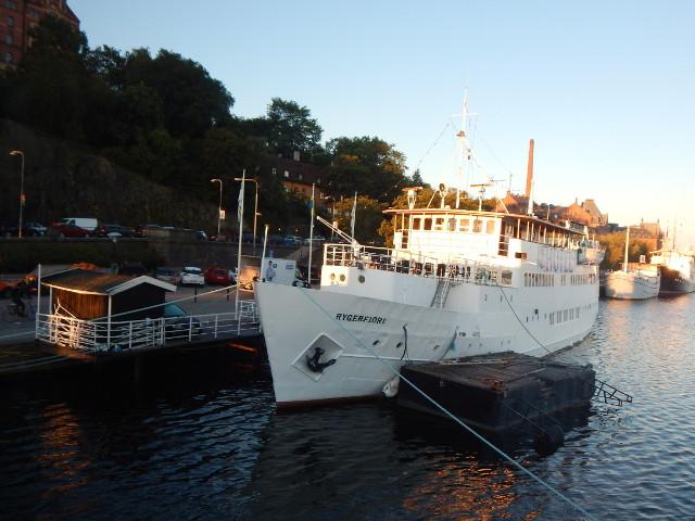 Das Hotelschiff Ryggerfjord in Södermalm, Stockholm am Abend.