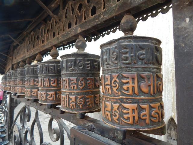 Gebetsrollen mit dem Mantra am Monkey Tempel in Kathmandu