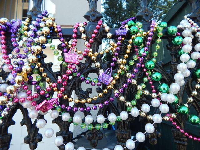 An Mardi Gras werden die Häuser mit Perlenketten geschmückt.