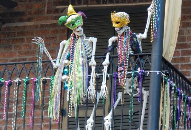 Mardi Gras in New Orleans, wo sogar Skelette Perlen werfen.
