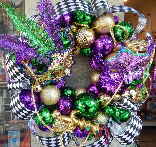 Ein Mardi Gras Kranz in den Farben Violett, Gold und Grün.