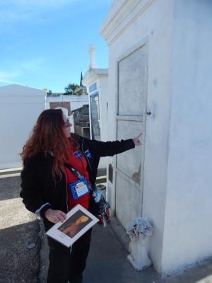 Unser Guide zeigt uns das Grab der Marie Laveau