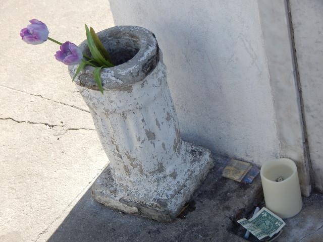 Blumen und Geld am Grab der Marie Laveau