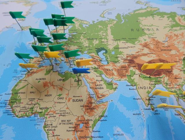 Weltkarte mit Flaggen zum Pinnen.