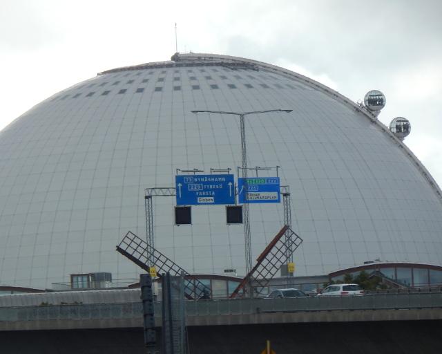 Der Globen mit den gläsernen Aufzügen.