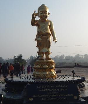 Die goldene Statue des Baby Buddha im Heiligen Park von Lumbini, Nepal.