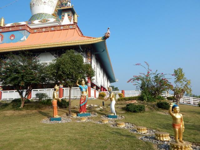 Buddhas Geburt, Maya Devi hält sich mit einem Arm am Salbaum fest. Buddha kann als Kind schon laufen.