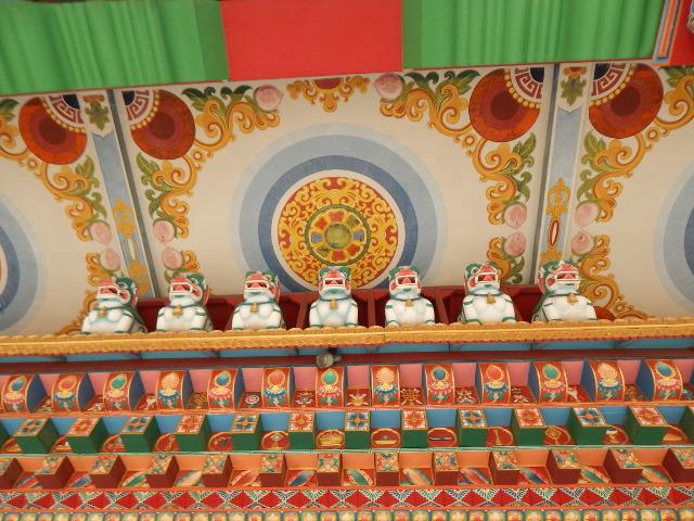 Farbenfroh im Innern, der deutche Tempel im Friedenspark von Lumbini, Nepal.
