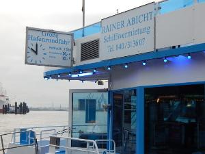 Hafenrundfahrten beginnen um 10 Uhr morgens.