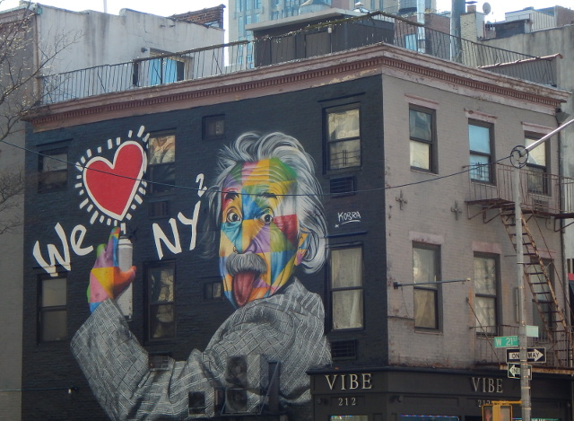 Street Art in New York zeigt Bilder wie Albert Einstein We love New York von Kobra.