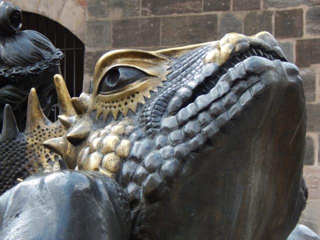 Lebensgroße Drachen am Ehekarussel in Nürnberg