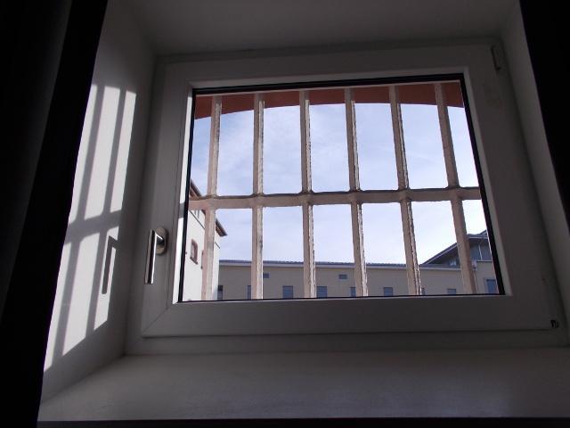 Eingeschränkter Blick aus der Zelle im Gefängnishotel Kaiserslautern.