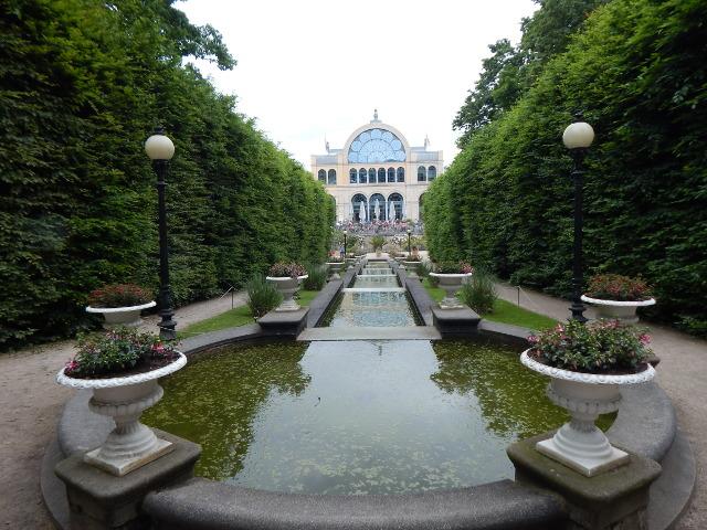 Wasserkaskaden im Stil italienischer Renaissance in der Flora Köln.