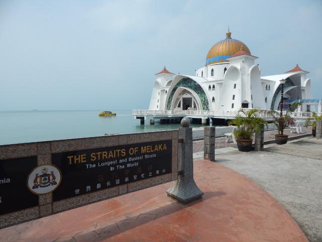 Moschee und die Straße von Malakka