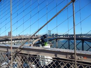 Luftiger Arbeitsplatz mit Ausblick auf der Brooklyn Bridge.