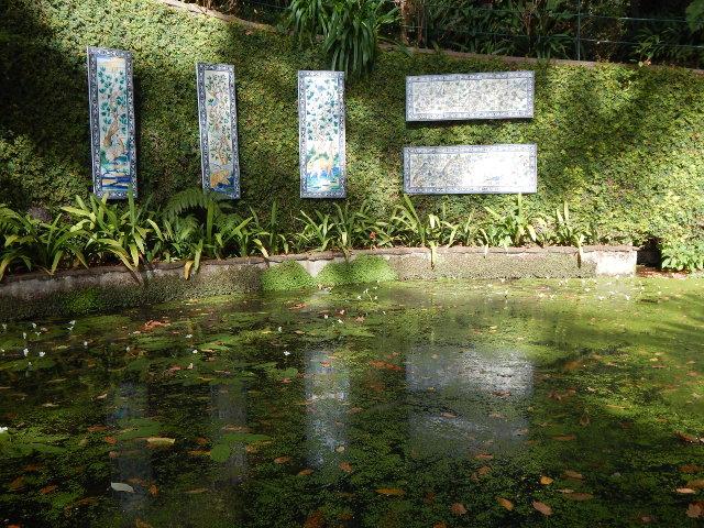 Azuleijos spiegel sich im Teich.