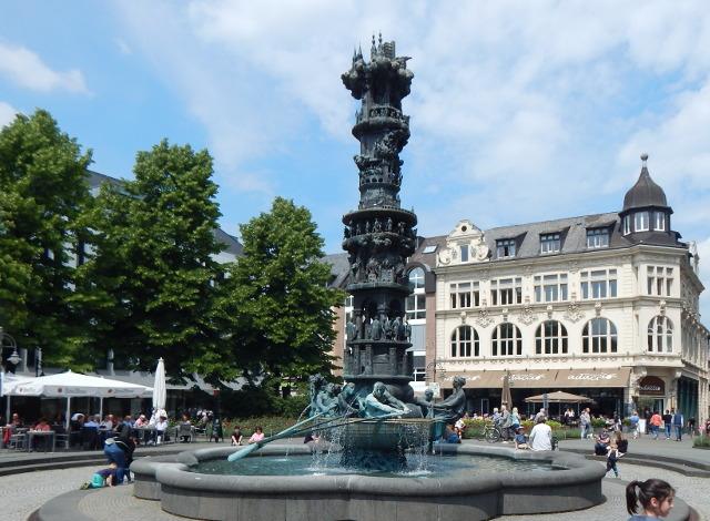 Der Görresplatz in Koblenz mit der Historiensäule