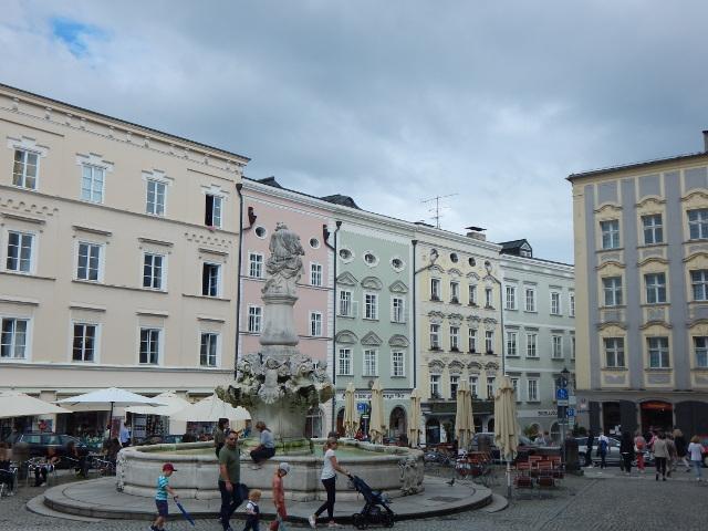 Residenzplatz Passau mit Wittelsbacher Brunnen