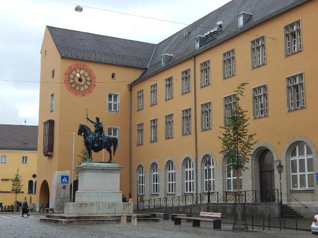 Die Statue König Ludwig I. vor der Dompost in Regensburg