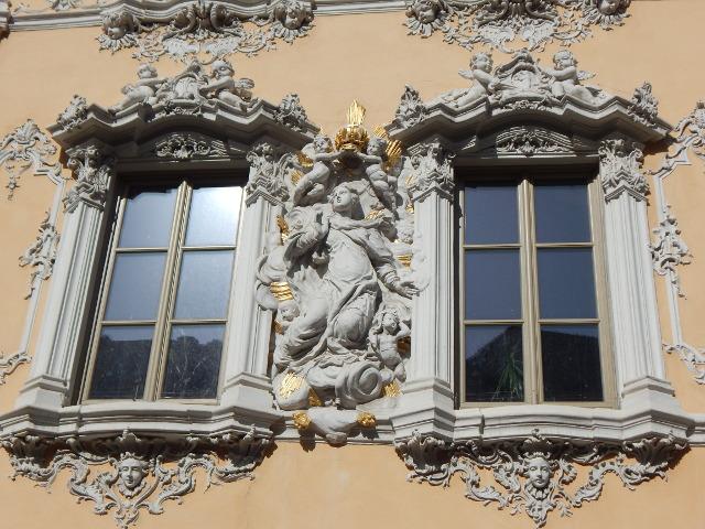 Die reich verzierten Fenster des Falkenhauses in Würzburg.