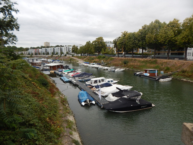 Boote im Winterhafen in Mainz