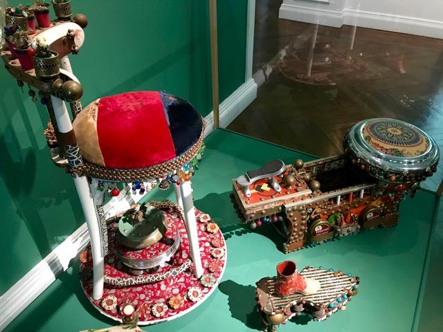 Embellished shoe shine stand
