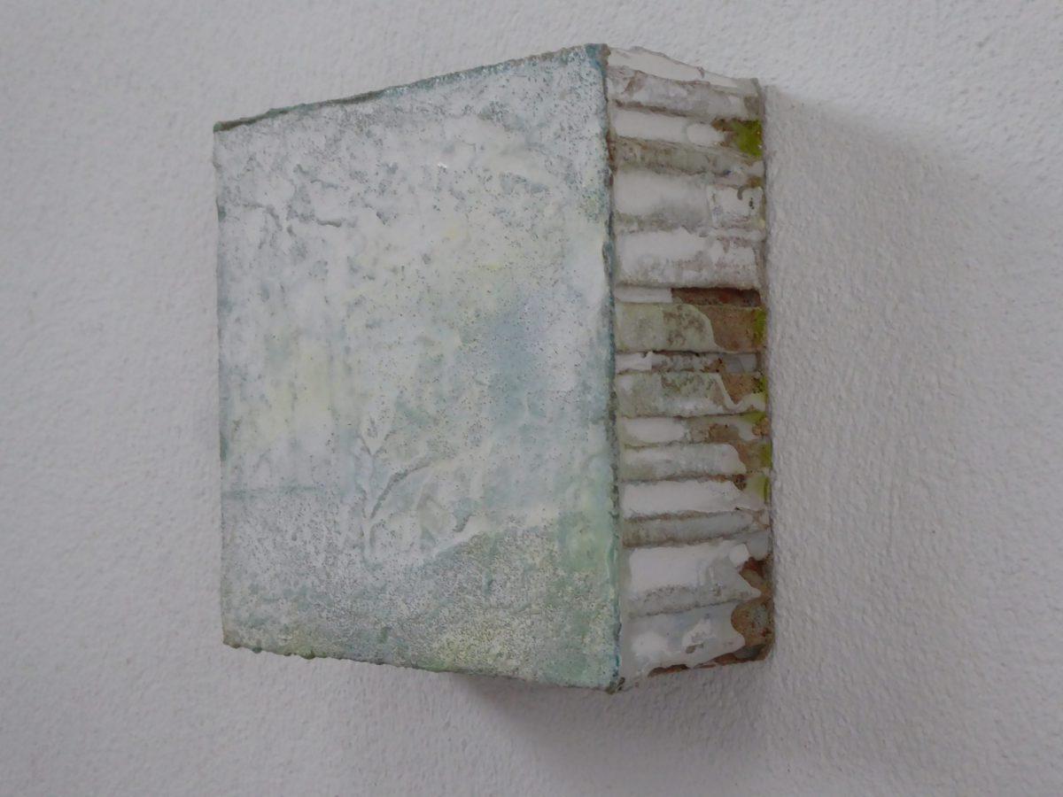 Hanne Unger-Heilmann: o.T. (2019) Gestein auf Wabenkernplatte