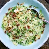 Salat med spidskål, æble, nødder og persille
