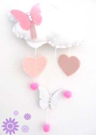 Nuvoletta con farfalla rosa in feltro. Cuori e pon pon rosa.