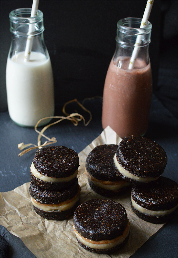 Raw Oreos, with a vanilla cream filling, and a layer of peanut butter, served with vanilla and chocolate almond milk.