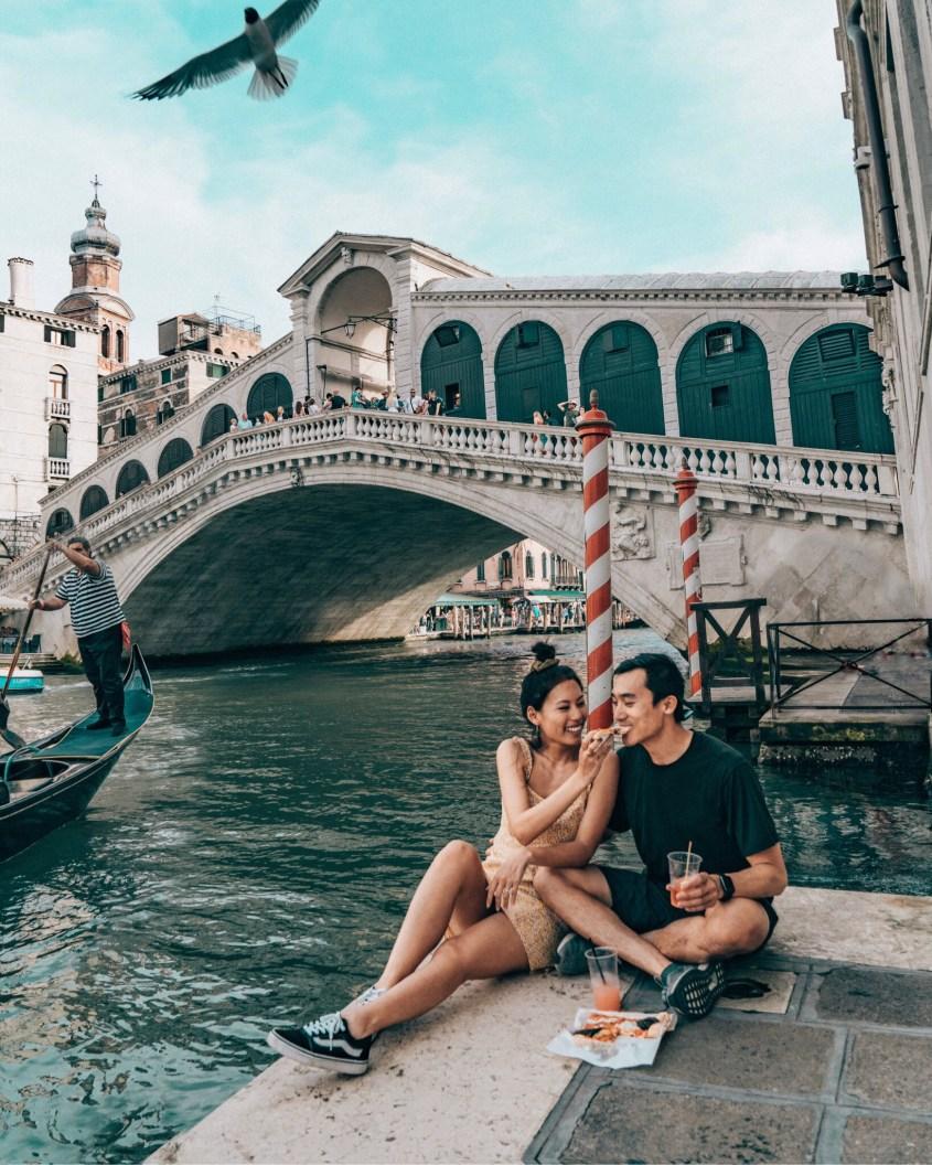 couple venice rialto bridge