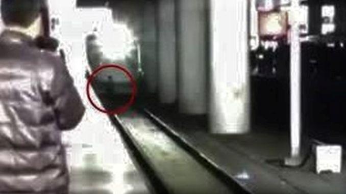 Sikisan Adam Between Train and Platform