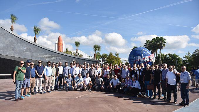 Мужчины в самом важном в мире космическом и авиационном центре