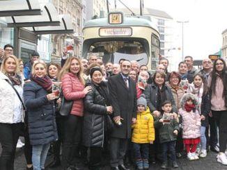 frankfurt tramvayinda cig kofteli turkulu gezi