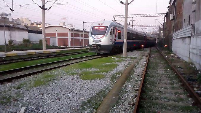 izmir denizli yolcu treninin onune atlayarak intihar etti