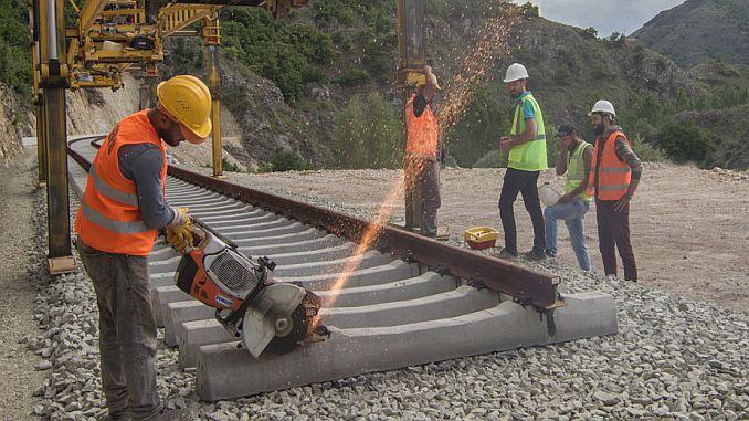 demiryollarindaki taseron isciler kadro bekliyor
