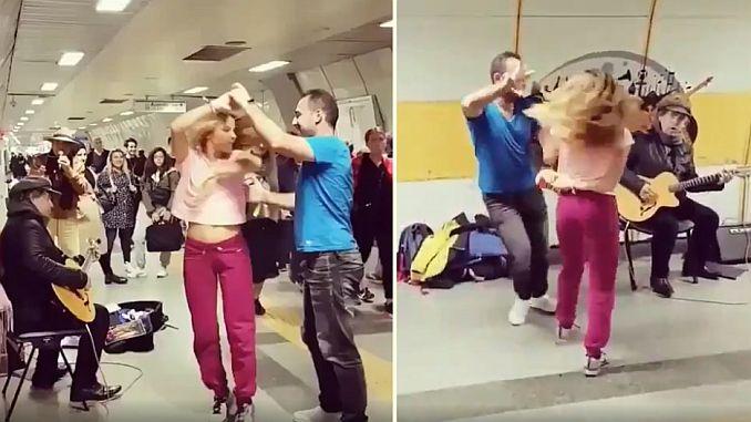 horietatik bi batera dantzatzen duten musika lurpeko Istanbul jendea