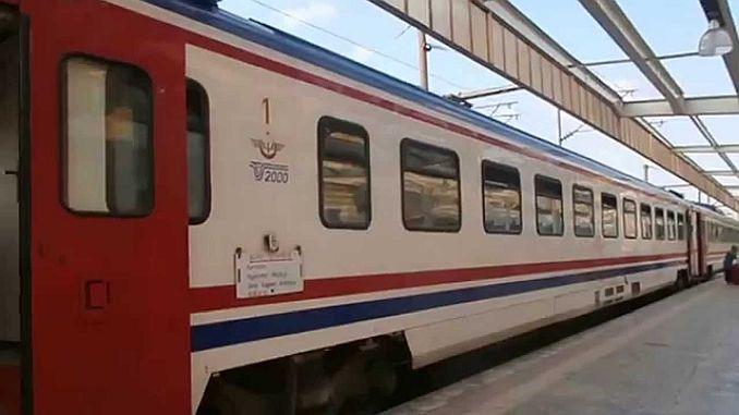 Dağdan kopan kayalar yolcu trenine düştü 2 kişi Yaralandı