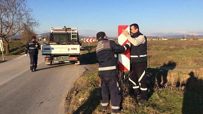Manisada Zarar Verilen Trafik Levhalari Yenileniyor