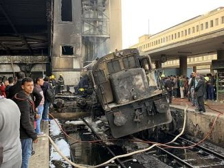 en la estación de tren principal en el Cairo al menos 20